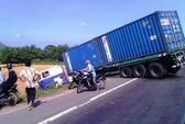 Lấn tuyến tông xe tải, tài xế container bị thương