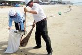 Xuất hiện hàng chục tấn dầu vón cục ở bãi tắm Vũng Tàu