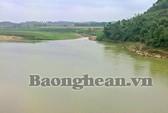 Một nữ sinh cấp 2 lội sông tự tử