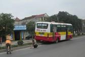 Xe buýt leo dải phân cách, hành khách thót tim