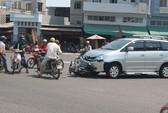 Chạy ẩu, 3 học sinh đâm vào ô tô