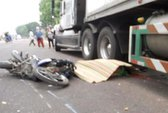 Đua giành khách, một xe ôm bị container cán chết