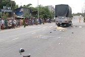 Xe tải kéo lê xe máy 50 m, 2 người chết tại chỗ