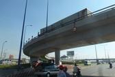 Lật container trên cầu vượt, hàng trăm người thót tim
