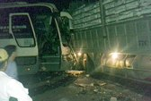 Xe khách đối đầu xe tải, tài xế chết trong cabin