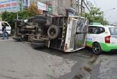 Đón taxi, bị xe tải lật đè