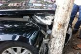 """Mất lái trên đường Cộng Hòa, xe ô tô """"dính"""" gốc cây"""