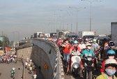 Xe tải lật trên cầu vượt Sóng Thần, QL1 kẹt gần 10 km