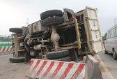 Né thanh niên ngủ giữa đường, xe tải lật nhào