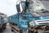 Xe tải tông xe buýt, hàng chục hành khách thoát chết