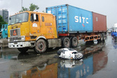 Va quẹt với xe container, một phụ nữ bị cán nát chân