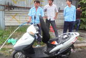 Xe tay ga phát cháy, một phụ nữ vứt xe tháo chạy