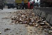 Bia đổ trên đường, dân nhào ra hôi của