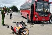 Va quẹt xe khách, hai vợ chồng bị thương nặng