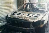 Toyota Camry cháy rụi trong đêm