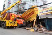 Container tông sập nhà, 10 người thoát chết