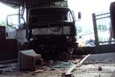 Tông sập hàng rào nhà dân, tài xế xe tải bị thương