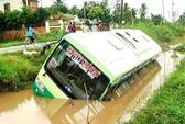 Xe buýt lao xuống lề đường, hàng chục người thoát chết