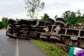 Né xe khách vượt ẩu, tài xế xe tải bị thương nặng