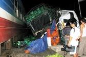 Xe tải tông tàu lửa, 2 người thoát chết