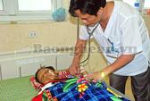 Mẹ hái lá trị bệnh, bé 10 tuổi suýt chết