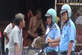 Đoàn xe chở gỗ cho thanh tra giao thông phơi nắng