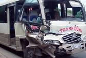 Xe khách tông xe tải, hành khách gào khóc vì sợ