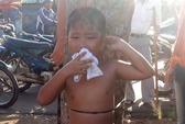 Không chịu tắm, bé trai 7 tuổi bị mẹ lột trần, trói ngoài đường
