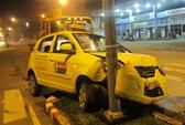 Taxi tông vào dải phân cách, tài xế phải vào cấp cứu