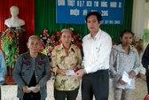 Trao tiền hỗ trợ cho người dân xã Vĩnh Thái, Quảng Trị