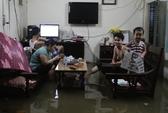 TP HCM: Triều cường đạt đỉnh, người dân bì bõm lội nước