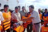 Báo Người Lao Động tặng áo phao, thùng thuốc cho ngư dân Phú Yên