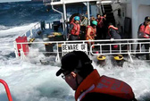Lật thuyền cứu hộ, 5 người vừa được cứu lại chết