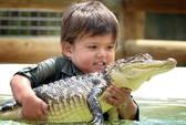 Bé 3 tuổi đánh vật với cá sấu