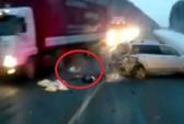 Bé gái 1 tuổi bị văng khỏi xe, nằm giữa xa lộ