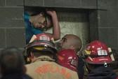 Giải cứu người mắc kẹt giữa 2 tòa nhà