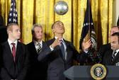 Hai ông Obama, Kerry trổ tài tâng bóng