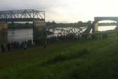 Mỹ: Cầu sập, người và xe rớt xuống sông