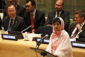 "Taliban ""vừa đánh vừa xoa"" nữ sinh Malala"