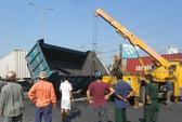 Xe container đâm xe tải chổng vó