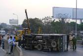 Xe tải lật ngay chân cầu Đồng Nai