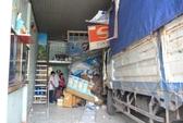 Tránh 3 cháu nhỏ, xe tải đâm sập cửa hàng ĐTDĐ