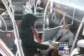 Hành khách xúm vào đè nghiến tên cướp cầm súng