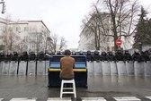 """EU dùng tiền """"lôi kéo"""" Ukraine"""