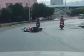 """Giật giỏ dưới cầu Sài Gòn bị camera ô tô """"chộp"""""""
