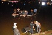 Ô tô đâm loạn xạ rồi lao xuống hồ Xuân Hương