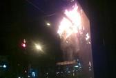 Trụ điện cháy ngút trời trên đường Nguyễn Thị Minh Khai