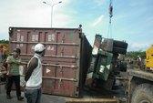 Lật xe tải, gỗ quý đổ tràn đường