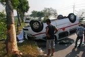 Tông suýt bật gốc cây, xe cấp cứu lật ngửa