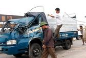 Chở hơn 3 tấn gỗ, xe tải lật móp méo